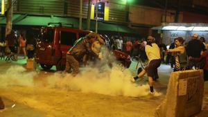 BRA50. SAO PAULO (BRASIL), 04/09/2016.- Simpatizantes de la destituida presidenta brasileña Dilma Rousseff patean una granada de gas en un enfrentamiento con a la policía durante la protesta hoy, domingo 4 de septiembre de 2016, en Sao Paulo (Brasil). EFE/Sebastião Moreira