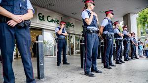 Agentes de los Mossos custodian la entrada de un centro comercial.