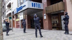 Varios policías observan el techo del hotel de Logroño La Rioja este lunes donde ha aparecido muerta una niña de 5 años sin que en principio presente signos externos de violencia