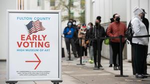 Electores esperan frente a un centro de voto en el High Museum de Atlanta.