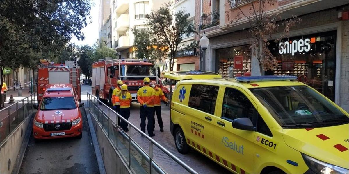 Efectivos de Bombers y una ambulancia del SEM en la zona de la explosión
