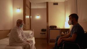 Ricard Ustrell con un paciente de la UCI Covid del Hospital Clínic en 'Quatre Gats'