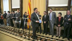 Oriol Junqueras entrega el proyecto de ley en el Parlament.