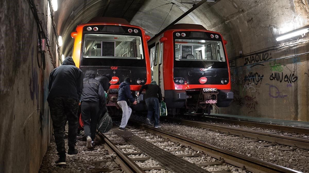 Grafiteros incursionando en el metro de Barcelona.