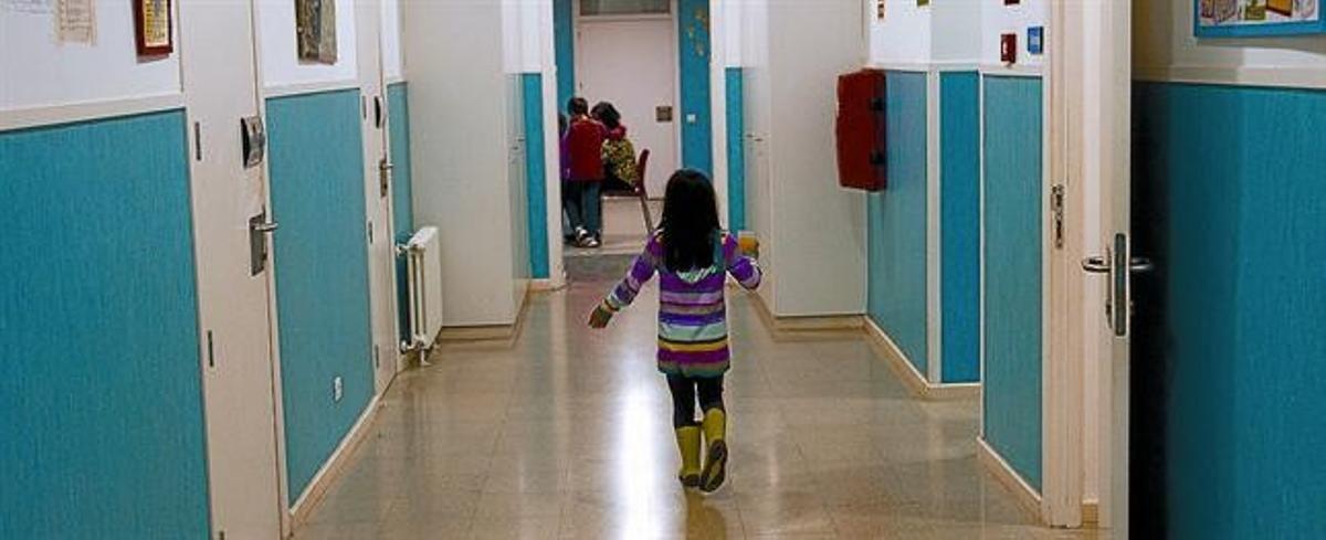 LA VIDA EN UN CENTRO 3 A la izquierda, uno de los 44 menores que viven en el Centro Residencial de Atención Educativa Maria Assumpta de Badalona junto con su tutor, el martes pasado. Arriba, una niña en el área de los elfos (6 a 11 años). A la derecha, algunos mayores miran la tele.