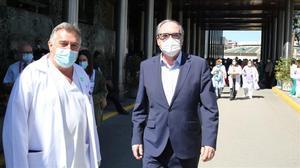 Ángel Gabilondo recibe el alta médica tras pasar la noche en el Hospital Ramón y Cajal. En la foto, junto a su médico, a la salida.