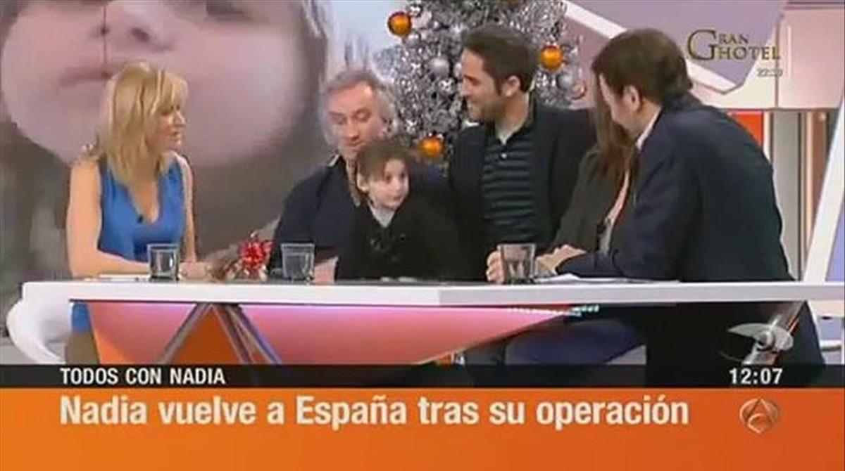 Nadia Nerea y sus padres, en una de sus apariciones en 'Espejo público' de Antena 3 TV.