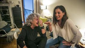Mayte Martín y Laura Gallego, en el salón de casa de la cantante.