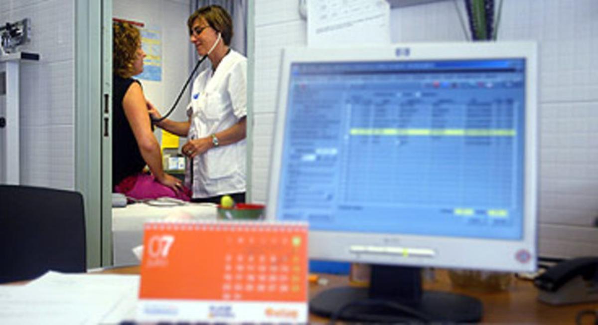 Una paciente es atendida por una doctora en el CAP Ramon Turró, en Barcelona.