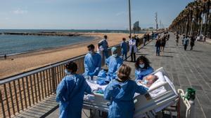 Isidre Correa, junto a su mujer y el equipo médico del Mar, frente a la playa de Barcelona, el pasado junio.