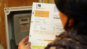 Imagen de archivo de una mujer consultando la factura de la luz