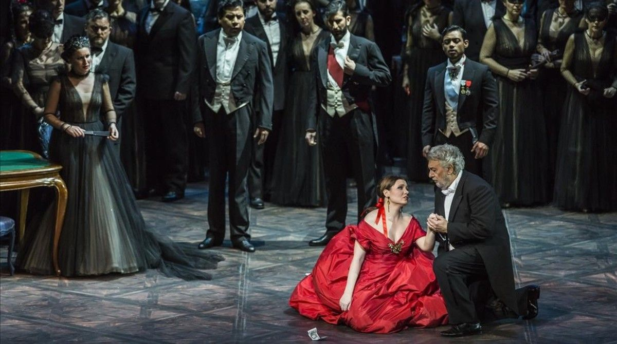 Un momento de la representación de 'La Traviata' en Valencia, con Plácido Domingo y Marina Rebeka.