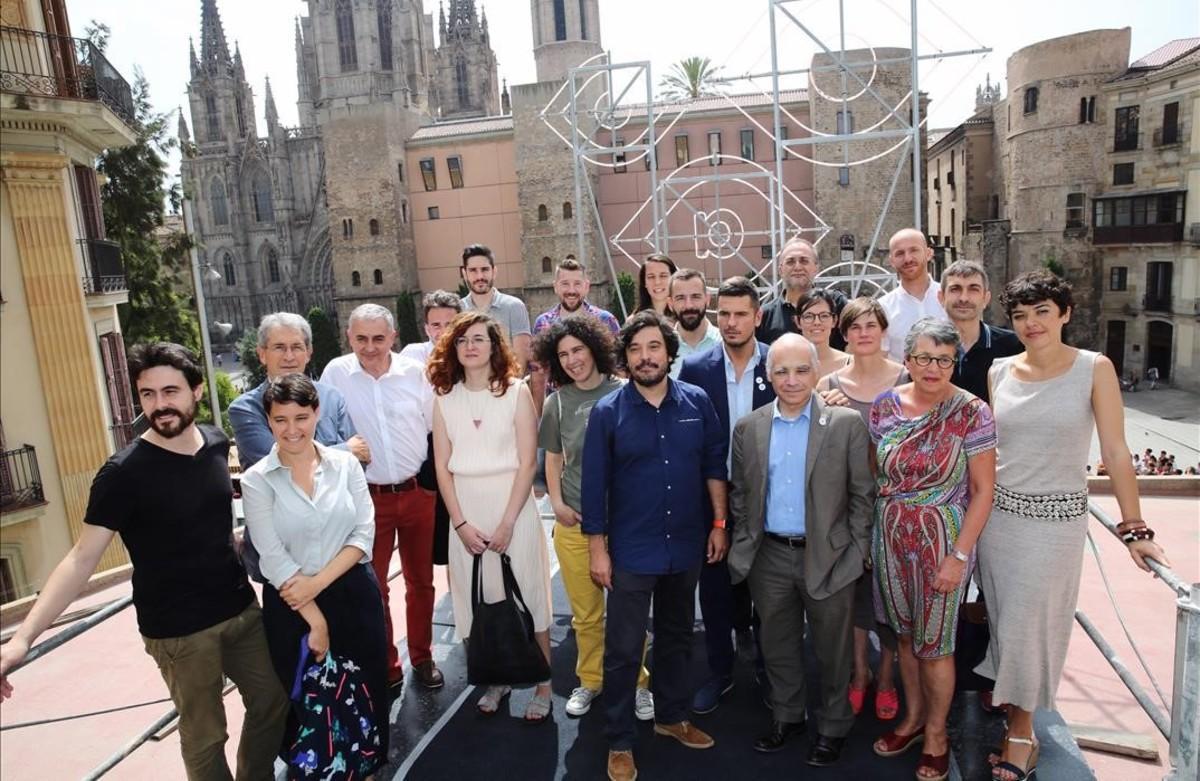 Arquitectos y representantes de instituciones, en la terraza del Col.legi d'Arquitectes con vistas a la Catedral de Barcelona.