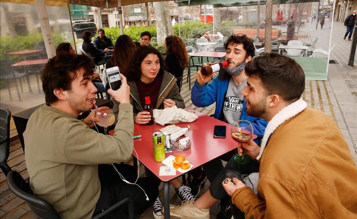 Jóvenes en una terraza del paseo de Sant Joan, en Barcelona.
