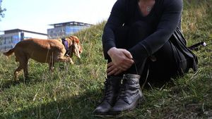 Una doctora de atención primaria, de baja laboral desde noviembre, pasea con su perro por Barcelona.