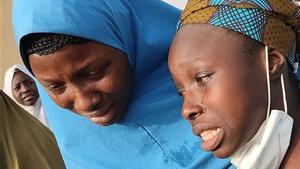 Las niñas secuestradas reaccionan mientras se reúnen con sus familiares en Jangebe, estado de Zamfara.