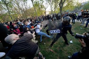 Cargas policiales contra los vecinos de Vallecas que protestaban contra un acto de Vox en la llamada 'plaza Roja'