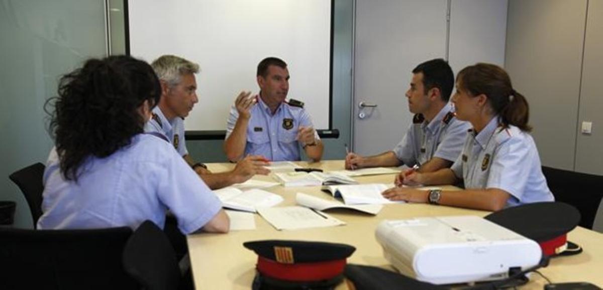 Una reunión de la Unidad de Mediación de los Mossos, con el inspector Xavier Pastor en el centro.