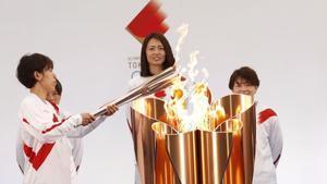 La futbolista Azusa Iwashimizu en el momento de prender la antorcha olímpica.