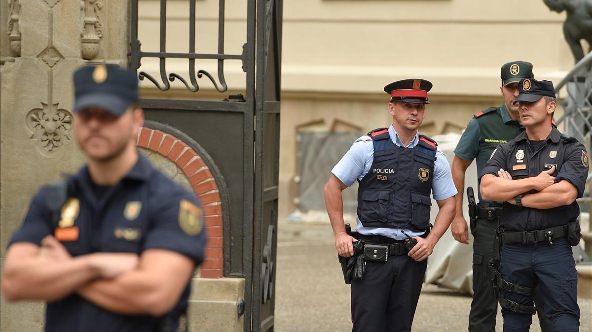 Policía Nacional, Mossos d'Esquadra y Guardial Civil en los accesos a la Delegación del Gobierno en Barcelona.