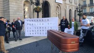 Protesta de trabajadores de Serveis Funeraris delante del ayuntamiento, durante el mandato anterior.