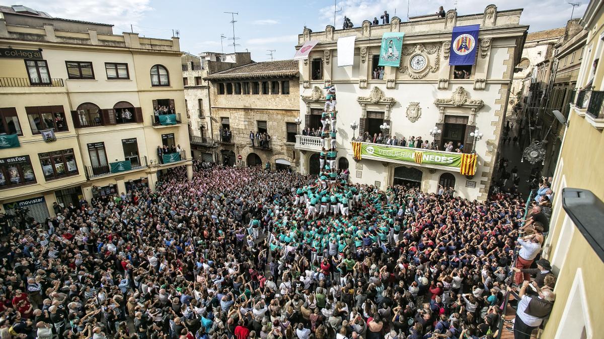 Los Castellers de Vilafranca en plena actuación en la plaza de la vila, en el 2015.