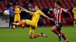 Lenglet intenta despejar el balón ante Joao Félix, la estrella del Atlético.