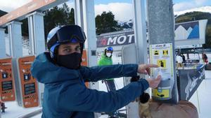 Un esquiador se desinfecta las manos en un remonte en La Molina, este domingo.