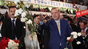 Erdogan da flores a sus seguidores a su llegada al congreso extraordinario del AKP, en Ankara, el 21 de mayo.