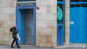 Una mujer camina junto a una de las tiendas cerradas de Imaginarium en Zaragoza, el pasado día 18.