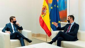 Pedro Sánchez y Pablo Casado, al inicio de la reunión que han mantenido en la Moncloa este miércoles.