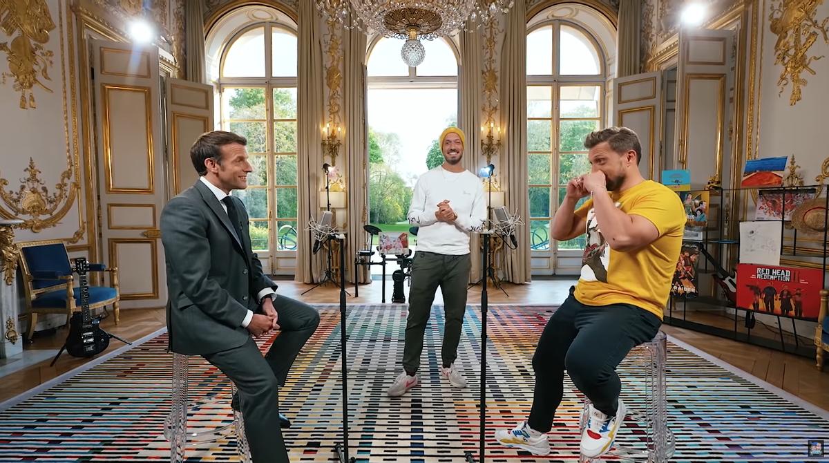 El presidente francés, Emmanuelle Macron, con los youtubers McFly y Carlito