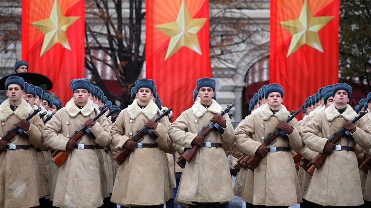 Soldados participan en las celebraciones del centenario de la Revolución de Octubre, en la Plaza Roja.
