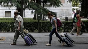 Turistas por el Paseo del Prado de Madrid.