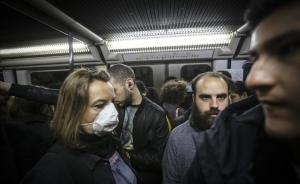 Una mujer con mascarilla en el metro de Barcelona, por temor al contagio de coronavirus.