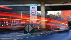Zona de Baixes Emissions ZBE. Señales en la Ronda Litoral.