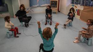 Varios niños juegan en el proyecto Concilia ubicado en la calle Erasme de Janer, en el barrio del Raval de Barcelona, en octubre.