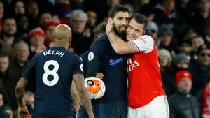 Granit Xhaka abraza a Gomes tras un lance del Arsenal-Everton.