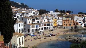 Vista de edificios y terrazas en el litoral de la Costa Brava.