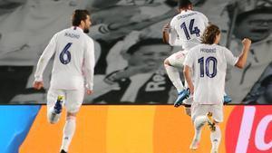 Los jugadores del Madrid celebran el gol de Vinicius ante el Liverpool.