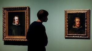 GRAFCAT6150 BARCELONA 17 12 2020 - Un visitante observa la Copia de Felipe IV realizada por Pablo Picasso (d) junto al cuadro original de Velazquez (i)  conformando una exposicion de 17 cuadernos del pintor  que a traves de un millar de dibujos ilustran los inicios del artista  su formacion en A Coruna  Malaga y Barcelona  o su admiracion a la obra de Velazquez y Goya  a los que pudo copiar en el Museo del Prado y que pueden verse en el Museo Picasso de Barcelona  EFE  Quique Garcia            EFE Quique Garcia