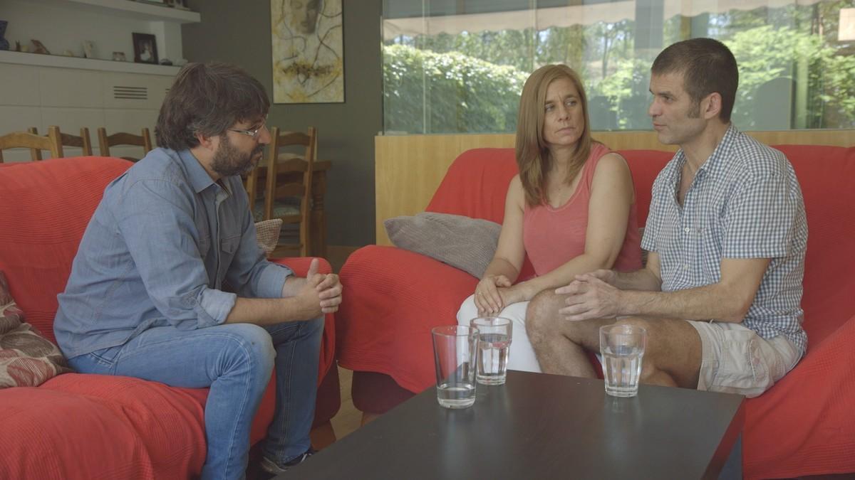 Jordi Évole, con Carlos Martínez y su mujer, en una imagen del 'Salvados' dedicado a la eutanasia.