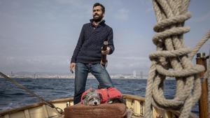 Sergi R. Basolí y Nirvana navegan a bordo del 'Ría de Ferrol', el velero de 1949 con el que saldrán a avistar ballenas.