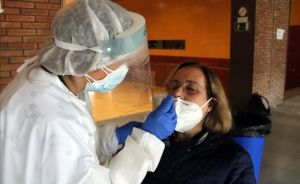 Una persona se somete a una prueba rápida de coronavirus en Banyoles.