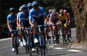 El Movistar tira del pelotón camino del Tourmalet, durante el Tour 2019.