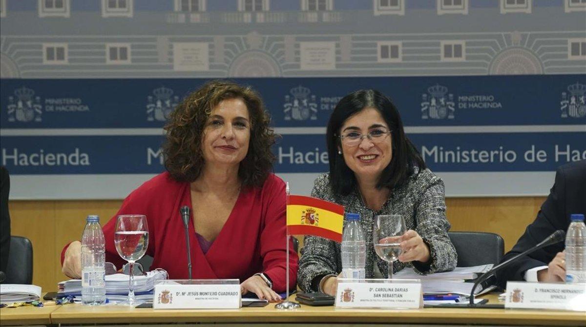 La ministras de Hacienda, María Jesús Montero, y de Administraciones Territoriales, Carolina Darias, en el Consejo de Política Fiscal y Financiera.