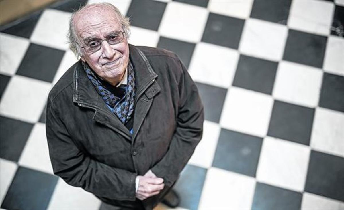 El filólogo Joan Veny, nuevo Premi d'Honor de les Lletres Catalanes, ayer en la sede de Òmnium Cultural.