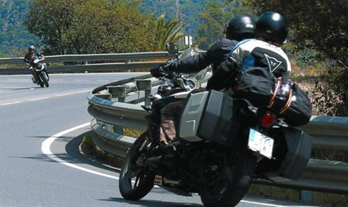 Motoristas circulando por la carretera de Tosssa a Lloret de Mar.