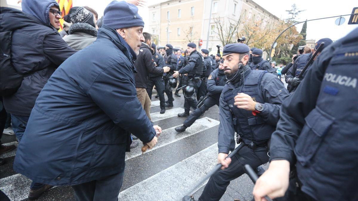 Un hombre recibe un porrazo por parte de un agente de los Mossos.
