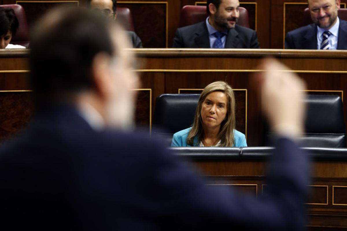 Ana Mato observa la intervención de Mariano Rajoy, este miércoles en el Congreso.